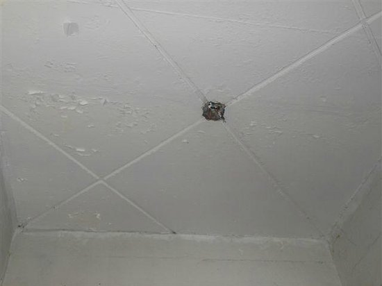 The Regent Cha Am Beach Resort: Corridor ceiling missing lights