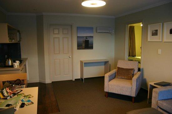 Silver Fern Rotorua - Accommodation and Spa: Sitting room/kitchen