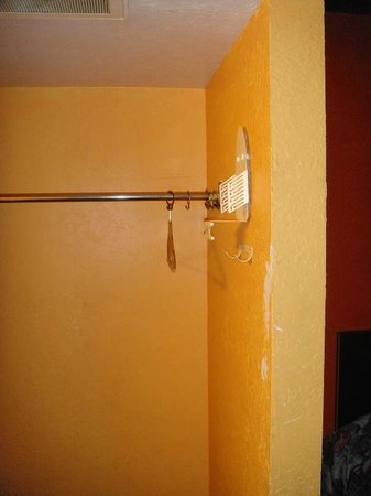 Trade Winds Inn: Where'd all the hangers go?