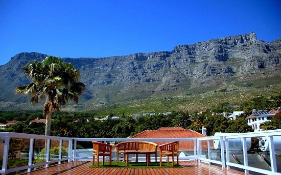 Southern Comfort Guest Lodge: Southern Comfort: View of Table Mountain from Top Deck
