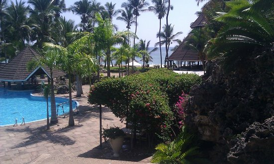 Diani Reef Beach Resort & Spa: The view from the hotel towards the beach
