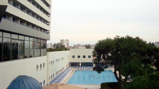 Titanic Beach Lara Hotel: Blick zum geheizten Pool