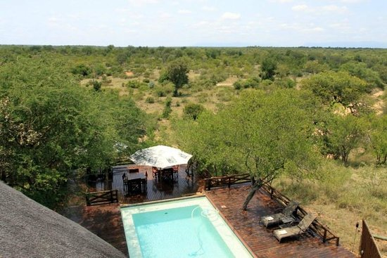 Naledi Game Lodges: View from upperdeck over lodge and surroundings