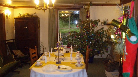 Tophouse Historic Guesthouse Cafe & Bar: A dining room beautifully decorated for Christmas.
