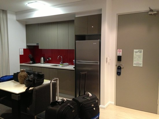 Meriton Serviced Apartments Campbell Street: Dinning and kitchen area