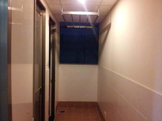 Sherwood Residence: laundry hanging area
