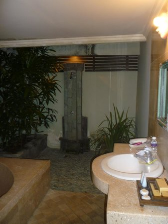 Tonys Villas & Resort: bathroom