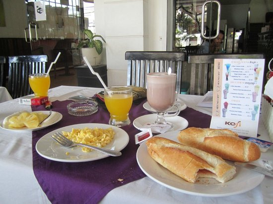 Central Hostel: Breakfast
