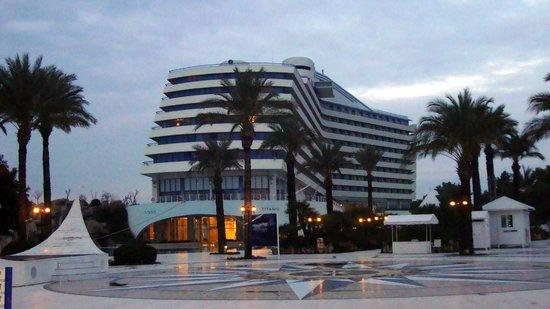 Titanic Beach Lara Hotel: der beleuchtete Teil ist der neue Speisesaal