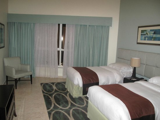 Dubai Marriott Harbour Hotel & Suites: bed room with twin beds