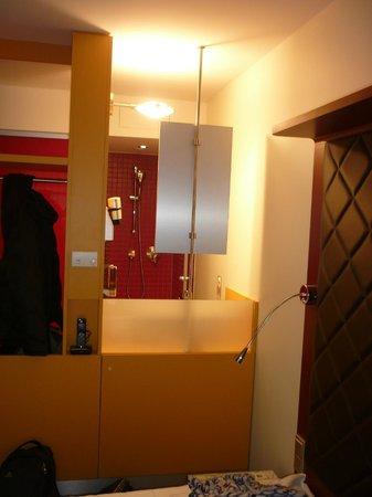 Ibis Styles Berlin Mitte: Visione doccia dal letto