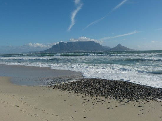 Blue Mountain Guest House: View of Table Mountain from nearby beach