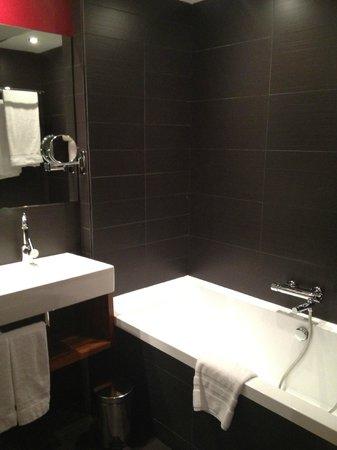 Pullman Barcelona Skipper: salle de bains spacieuse avec 2 lavabos, baignoire et douche