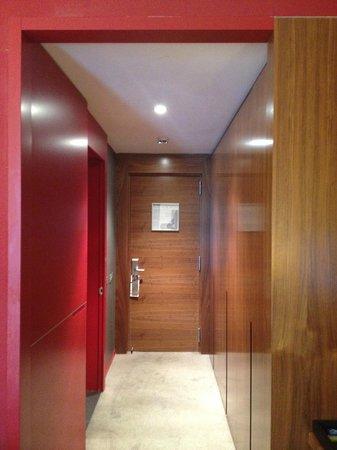 Pullman Barcelona Skipper: Couloir d'entrée de la chambre