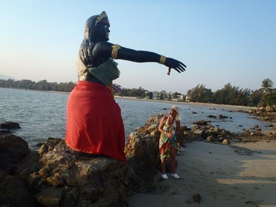Bari Lamai Resort: statue som en kan se fra hotellet. Bari Lamai i bakgrunnen
