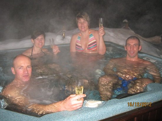 Chalet des Arbres: Enjoying the hot tub after a hard day in powder.
