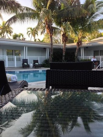 Orchid Key Inn: morning coffe by the pool