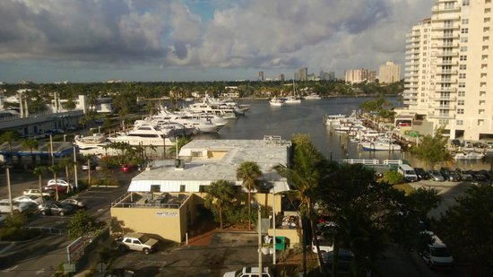 Courtyard Fort Lauderdale Beach: Marina view from the 5th floor overlooking Coconuts