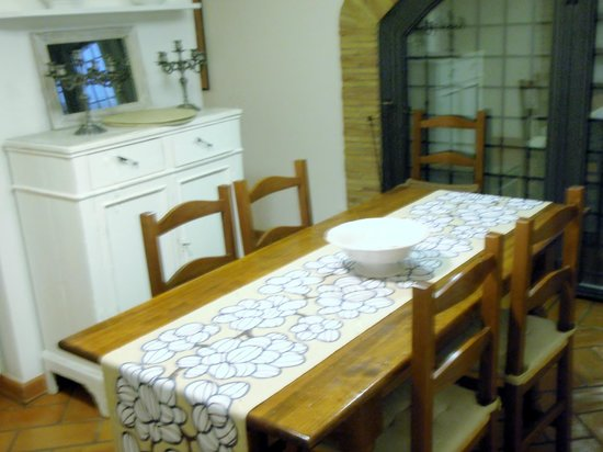 I Capocci: Table/Kitchen area in the basement suite area