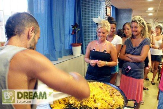 Be Dream Hostel : Paella nights