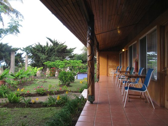 Taura'a Hotel: Patio area and grounds