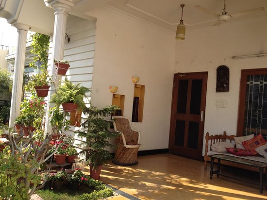 All Seasons Homestay Jaipur: The lovely garden at All Seasons.