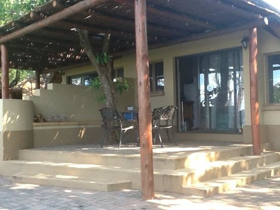 Lower Sabie Restcamp: Stoep of perimeter chalets with view on Sabie River, Lower Sabie, KNP