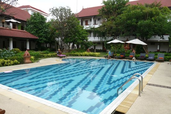 Karinthip Village: Swimming pool
