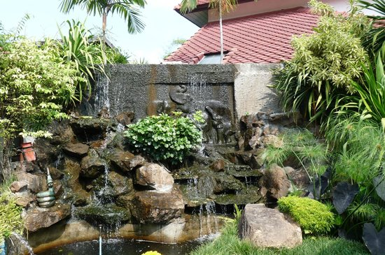 Karinthip Village: Waterfall feature near to the restaurant