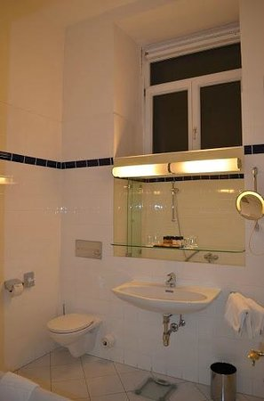 Hotel de France: bathroom