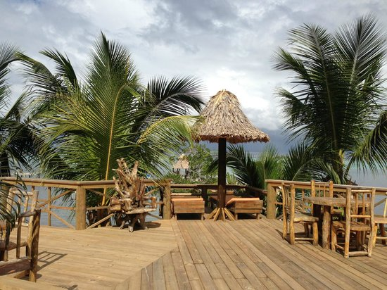 Tranquilseas Eco Lodge and Dive Center: Sun loungers & dining area