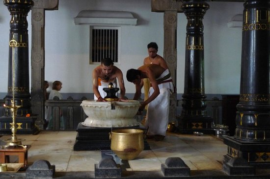Sri Ramana Ashram: Priests performing a morning Puja