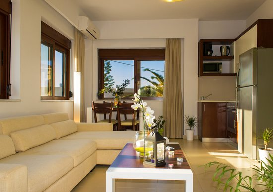 Esthisis Suites: Three bedroom maisonette - Livingroom and kitchen