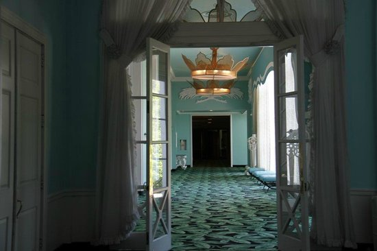 The Greenbrier: Love this hallway - reminds me of The Shining