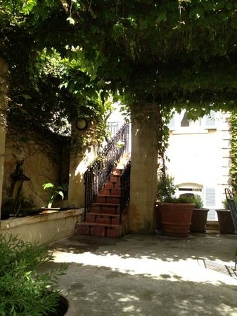 Auberge Burgundy: Garden and feature with steps to room 6