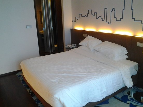 Galleria 10 Hotel Bangkok by Compass Hospitality: bed