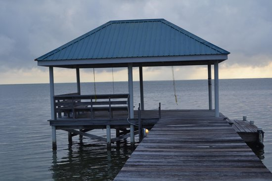 Cocotal Inn & Cabanas: The covered pier area where hammocks are hung during the day to relax.