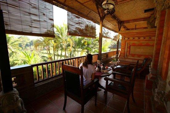 Okawati Hotel: Durante la colazione dalla camera vista giardino..