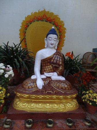 Kathmandu Guest House: Statue in the garden