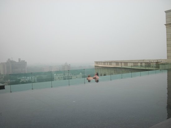 The Leela Palace New Delhi: Piscina