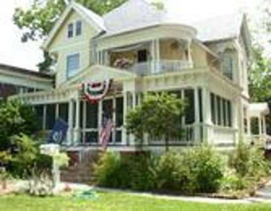 Marquis Manor Bed and Breakfast: Front View during July 4th