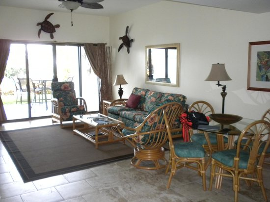 Outrigger Royal Sea Cliff: the living room