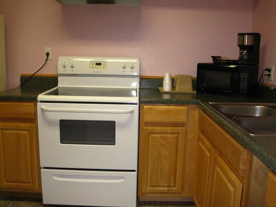 Pinn Road Inn & Suites: Kitchenette Suites
