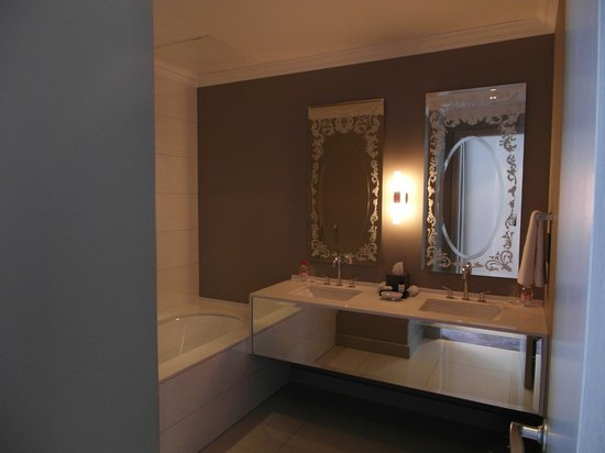 Queen Victoria Hotel & Manor House: Bathroom was very clean & had good water pressure in shower.