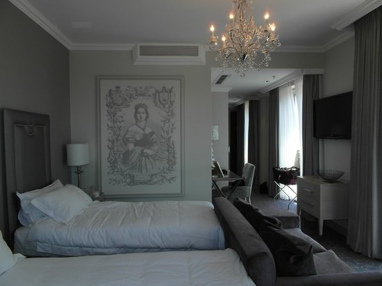 Queen Victoria Hotel & Manor House: Double Bed, we pulled our beds apart, they were very close together when we arrived.