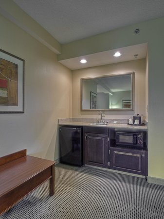 Hampton Inn Kingsport : King Junior Suite wet bar