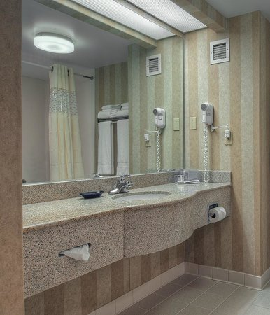 ‪هامبتون إن كنجزبورت: Standard guest room bathroom‬