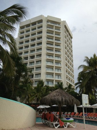 Sunscape Dorado Pacifico Ixtapa: View of the hotel from the pool