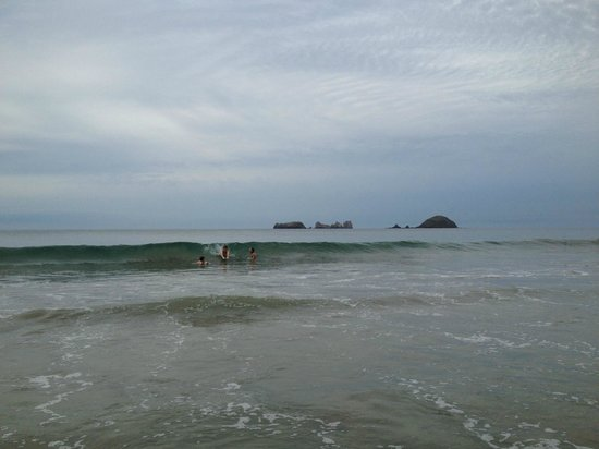 Sunscape Dorado Pacifico Ixtapa: Waves on the beach in front of the hotel