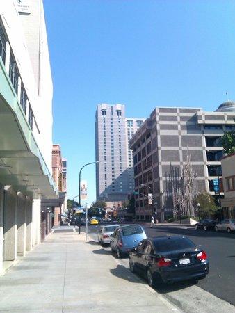 شيراتون دراند ساكرامنتو هوتل: the hotel from J street 